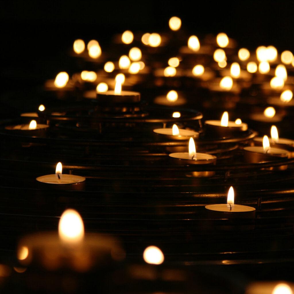 OMG Magazine - Sfeerbeeld kaarsen god spiritualiteit goddelijk - Other Me God - Magazine over spiritualiteit en zingeving voor een bezield leven