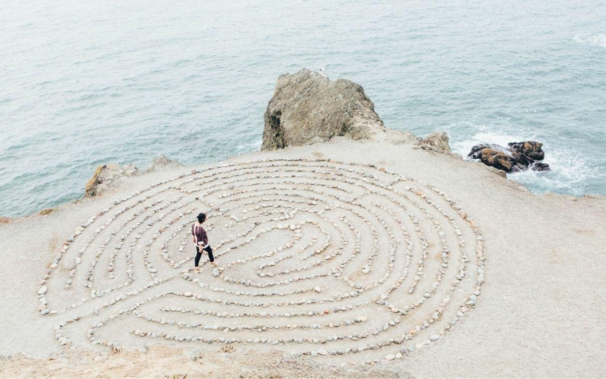 Marion Kuipéri tekent labyrinthen op het strand